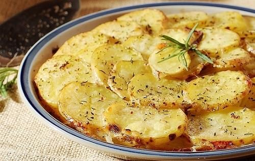 طريقة عمل البطاطا المشوية مع الجبن والثوم