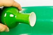 طريقة تنظيف المزهريات ذات العنق الضيق