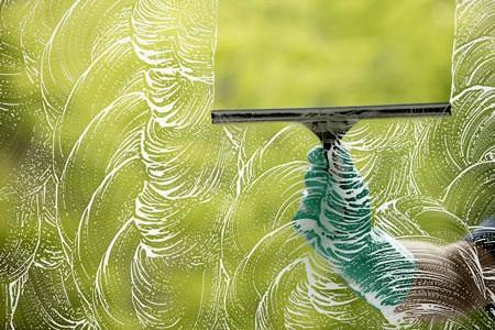 تنظيف النوافذ الزجاجية بنتائج مذهلة