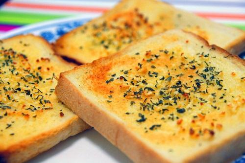 طريقة عمل خبز الثوم والجبن المقرمش