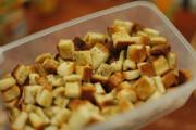 طريقة عمل مكعبات الخبز بالثوم المحمص