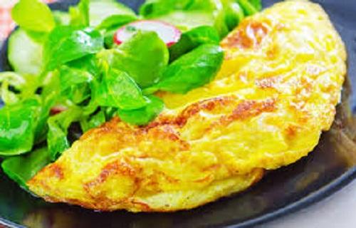 بيض مقلي بالجبنة والجرجير