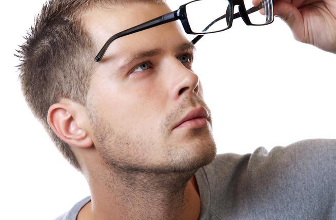 5 علامات تنبه إلى حاجتك لـ ارتداء النظارات الطبية
