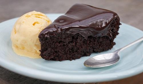 كيكة الشوكولاتة بصوص الشيوكولاتة