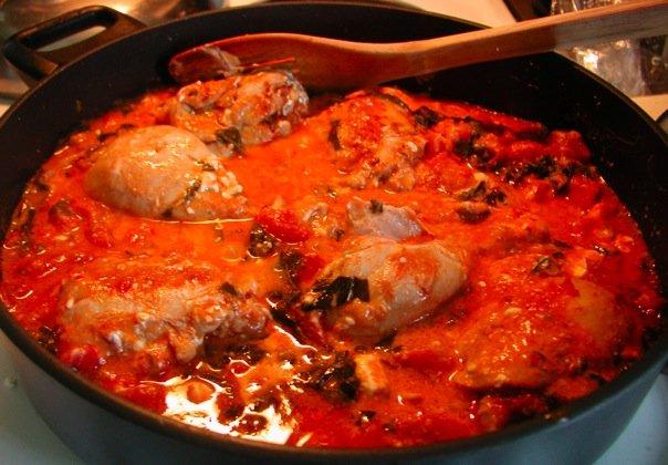 الدجاج بالصلصة الحمراء مع الفريكة او الارز