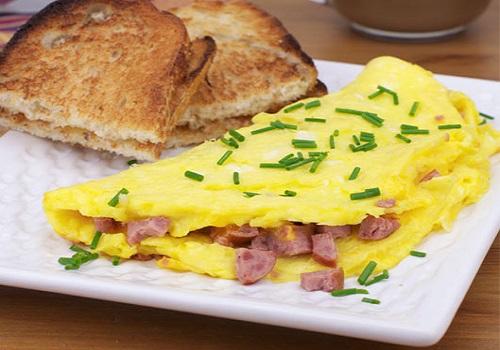 اومليت البيض بالنقانق