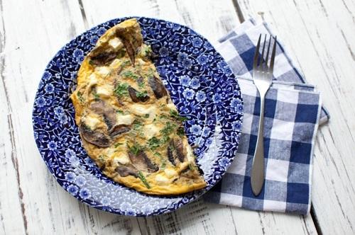 بيض بالفطر والجبن فطور سريع