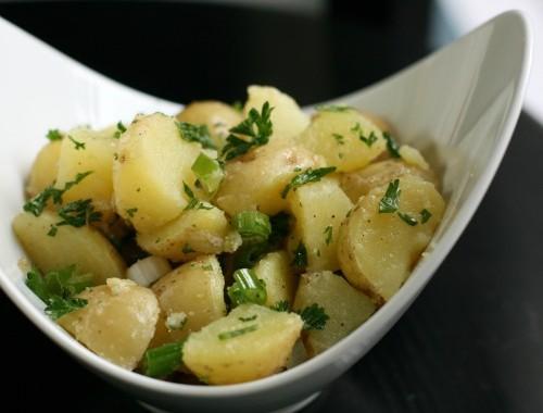 سلطة البطاطس المسلوقة بالخضار