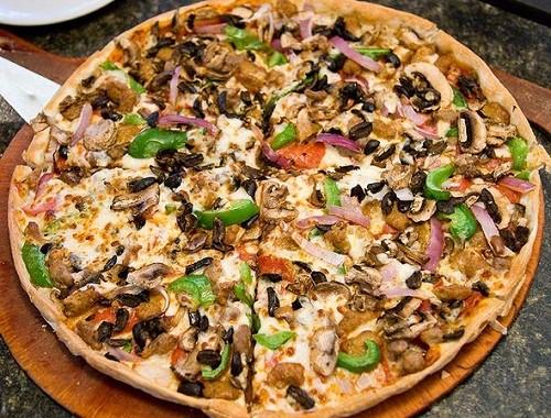 طريقة عمل بيتزا الدجاج بالصورة