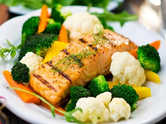 طريقة طبخ سمك السلمون مع الخضار