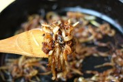 أفضل 5 طرق لـ استخدام البصل المكرمل