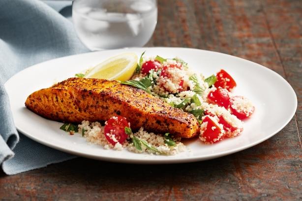 السمك المغربي في الفرن سهل التحضير وفيه كل العناصر المغذية والتي تحتاجها أجسامنا. السمك المغربي في الفرن يحضرمن شرائح السمك مع البهارات بأنواعها المختلفة، والخضار مثل البندورة والبصل بالإضافة للزبيب والثوم.