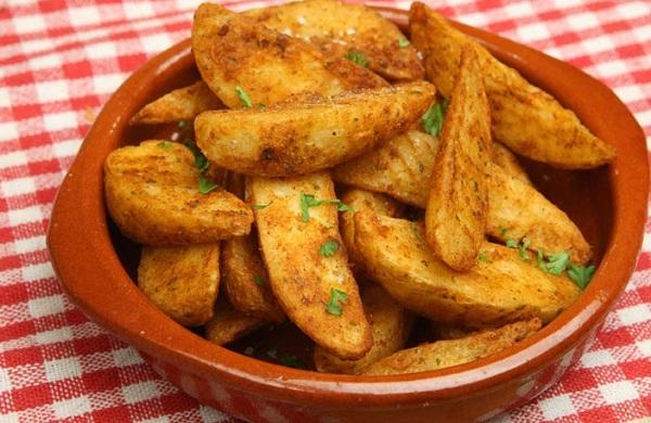 طريقة عمل بطاطس حارة بالكزبرة
