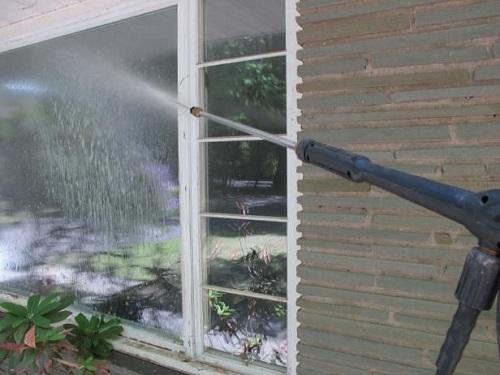 تنظيف النوافذ من الغبار