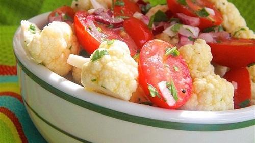 سلطة القرنبيط والطماطم