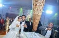 عريس يستبدل الكيك بسيخ شاورما عملاق في زفافه