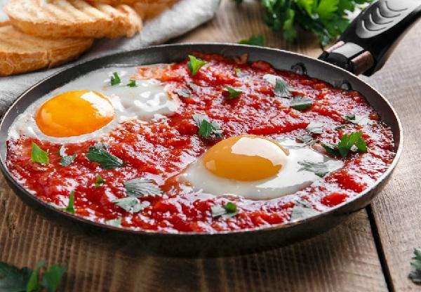 بيض بالطماطم على الطريقه التركيه