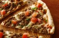 طريقة عمل بيتزا باللحم المفروم والخضار
