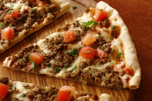 بيتزا باللحم المفروم والخضار