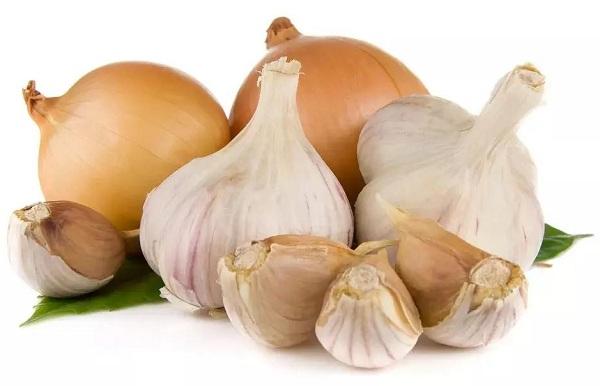 ما هي الاطعمة التي تسبب رائحة العرق ؟