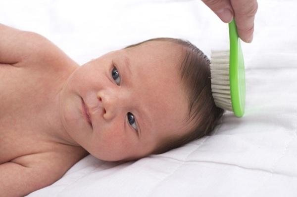اسباب تساقط شعر الاطفال الرضع