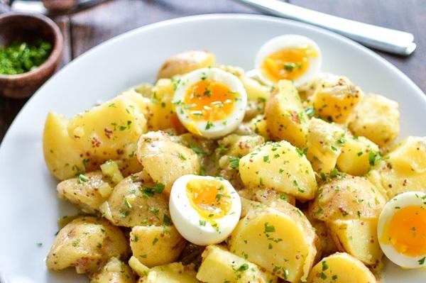سلطة البطاطس المكعبات بالبقدونس