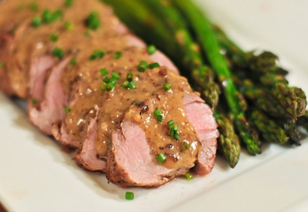 ستيك لحم بالخردل يمكنك استخدام أي نوع من اللحم الطري الذي يحتوي على الدهون ، ربما شرحات أو أقراص، سوف تحبين هذا الطبق لنكهته الرائعة والفلفل المدخن والخل .
