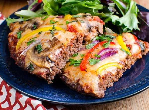 طريقة عمل البيتزا باللحمة المفرومة والجبنة الموتزاريلا