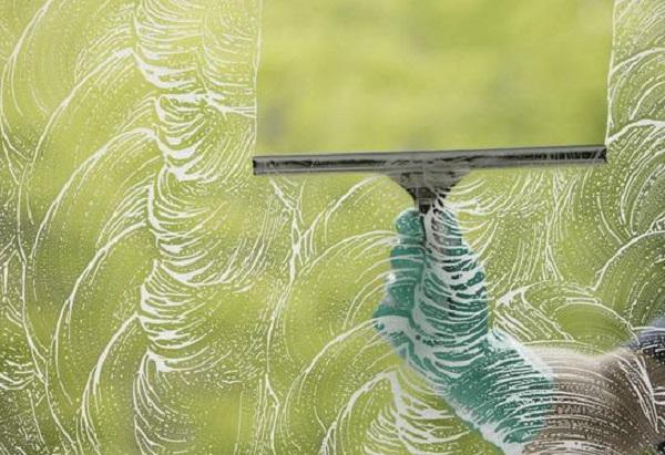 تنظيف الزجاج من البقع