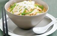 طريقة عمل شوربة نودلز بالدجاج والخضروات بحليب جوز الهند