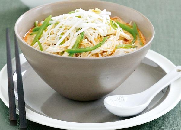 شوربة نودلز بالدجاج والخضروات بحليب جوز الهند