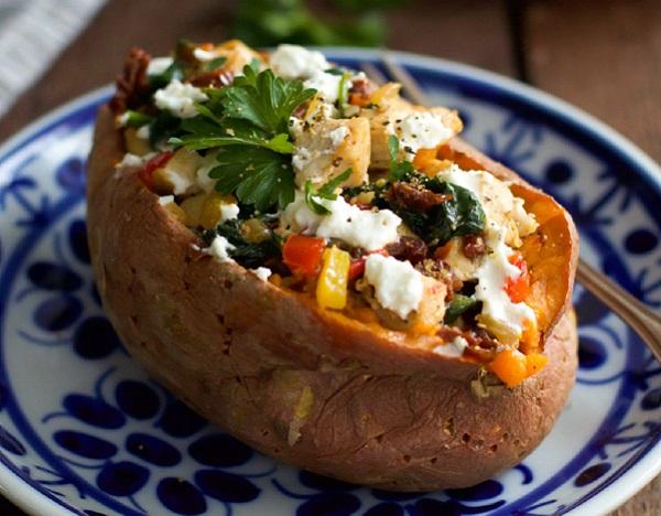 طريقة عمل البطاطس المحشية بالدجاج والفلفل والجبن
