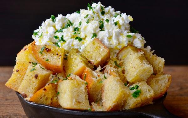 الخبز المحمص بالثوم والجبن