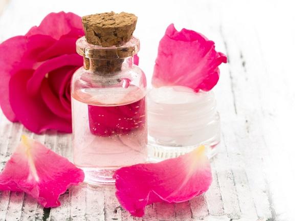 ما هي فوائد ماء الورد لبشرة الوجه ؟