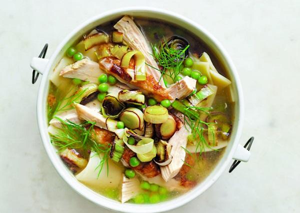 شوربة نودلز بالدجاج والخضروات