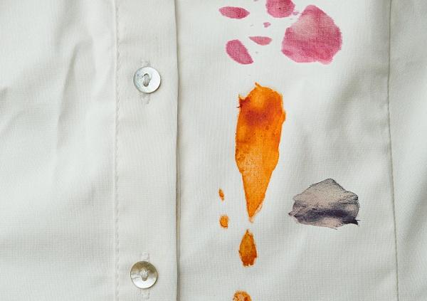 طريقة ازالة البقع الصعبه من الملابس البيضاء