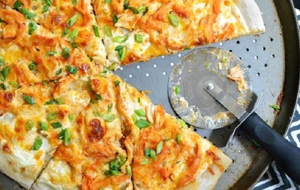 طريقة عمل بيتزا الدجاج الحارة بصلصة البافلو