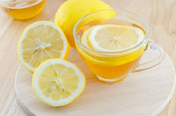 فائدة شرب الماء الدافئ مع الليمون على الريق