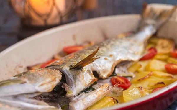 صينية سمك القاروص بالبطاطس