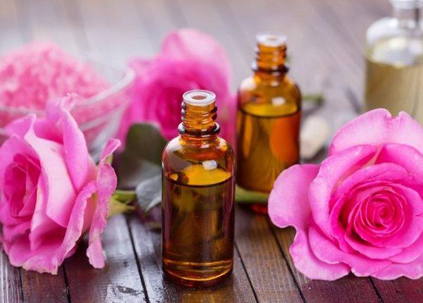 فوائد زيت الورد للبشرة والشعر