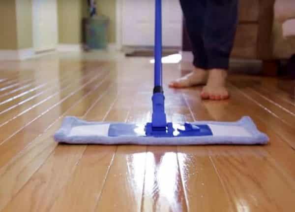 طريقة تنظيف الباركيه بالخل