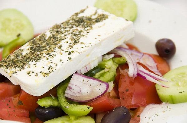 طريقة عمل السلطة اليونانية بالجبن والزيتون