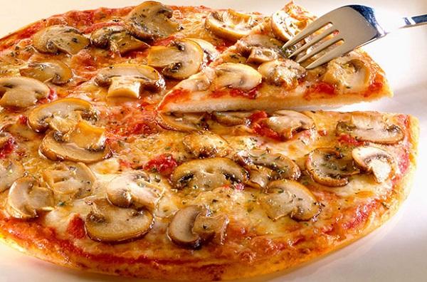 البيتزا بالفطر والجبنة