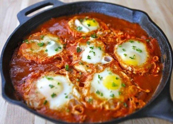 بيض عيون بالطماطم