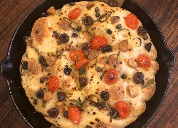 خبز الفوكاشيا بالزيتون والطماطم